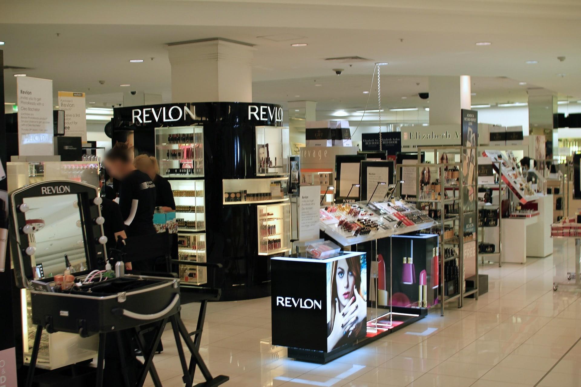 Publicité sur le lieu de vente dans l'aile parfumerie d'un grand magasin.