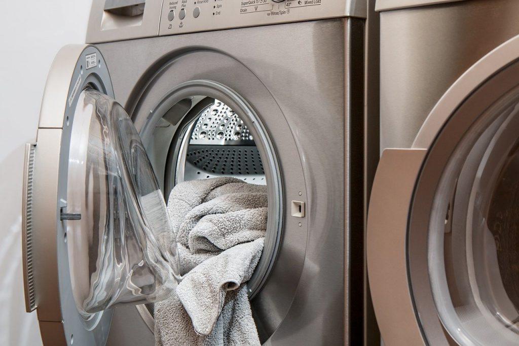 Machine à laver le linge avec une serviette dans son tambour